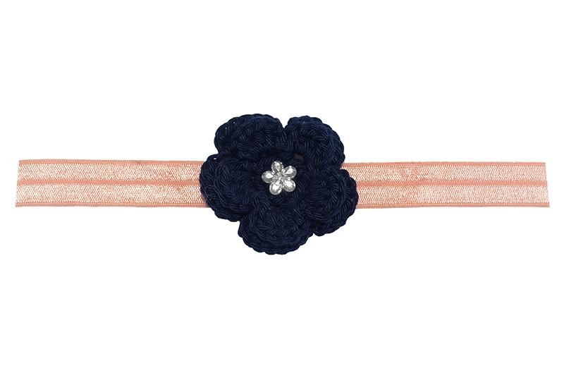 Schattig zalm roze, baby peuter haarbandje van rekbaar elastiek.  Met een donkerblauwe gehaakte bloem van ongeveer 5 centimeter. Afgewerkt met een zilver bloemetje.  Het haarbandje is ongeveer 1.5 centimeter breed. Te gebruiken tot ongeveer 2.5 jaar.