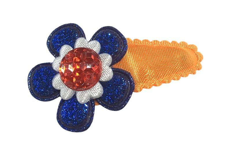 Vrolijk effen oranje baby peuter haarspeldje. Met een blauw glitter bloemetje een klein wit bloemetje en een rood pareltje.