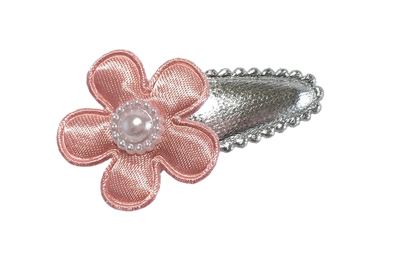 Schattig glanzend zilver baby peuter haarspeldje. Met een een effen oud roze bloemetje. Afgewerkt met een klein wit pareltje.