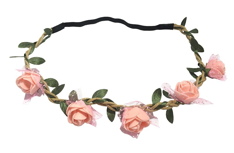 Vrolijk bloemenhaarbandje van gevlochten koort en een elastische gedeelte. Met 5 zalm roze roosjes, onder elk roosje is een stukje tulestof vastgemaakt. Met kleine groene blaadjes meegevlochten. Leuk feestelijk haarbandje!