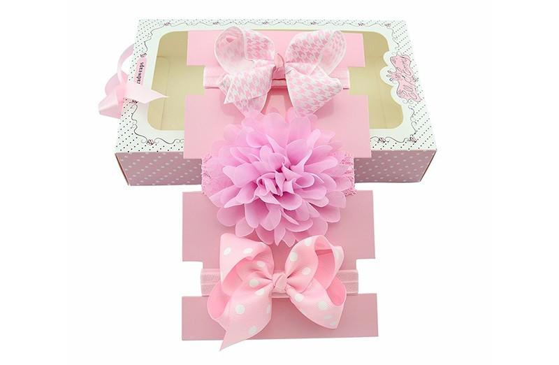 Haarbandje kado doen is altijd leuk!  Dit licht roze setje bestaat uit: 1 licht roze baby haarbandje met grote witte strik met licht roze motiefje. 1 roze kanten baby haarbandje met grote licht roze bloem. 1 licht roze baby haarbandje met grote roze strik met witte stippels.  Tip: leuk als kraamcadeautje!