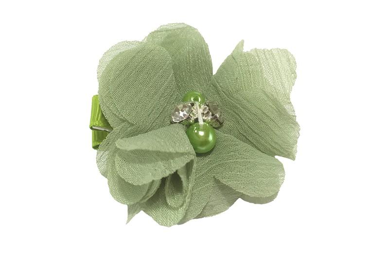 Leuk groene chiffon laagjes bloem met 4 kleine pareltjes. Op een alligator haarknipje van 4.5 centimeter bekleed met fel groen lint.