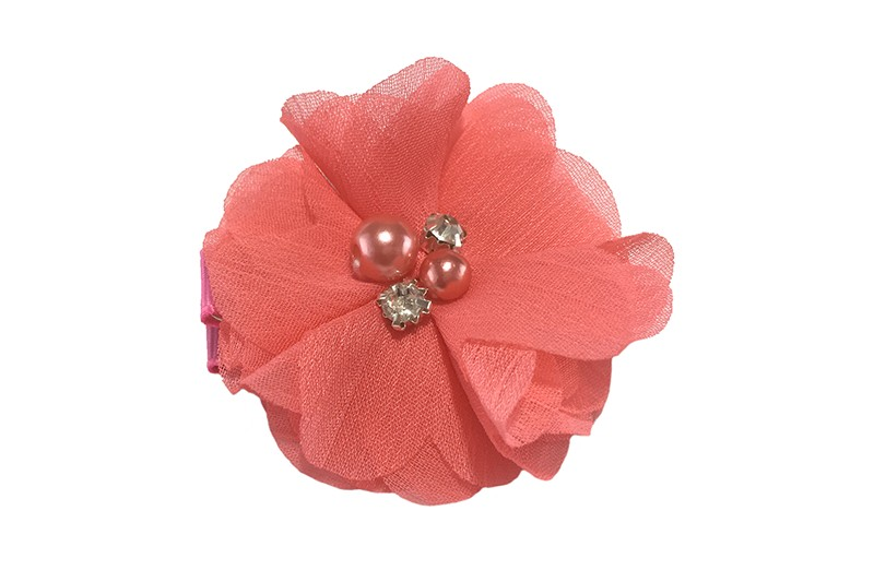 Leuk koraal roze chiffon laagjes bloemetje met 4 kleine pareltjes. Op een alligator haarknipje van 4.5 centimeter bekleed met bruin lint.