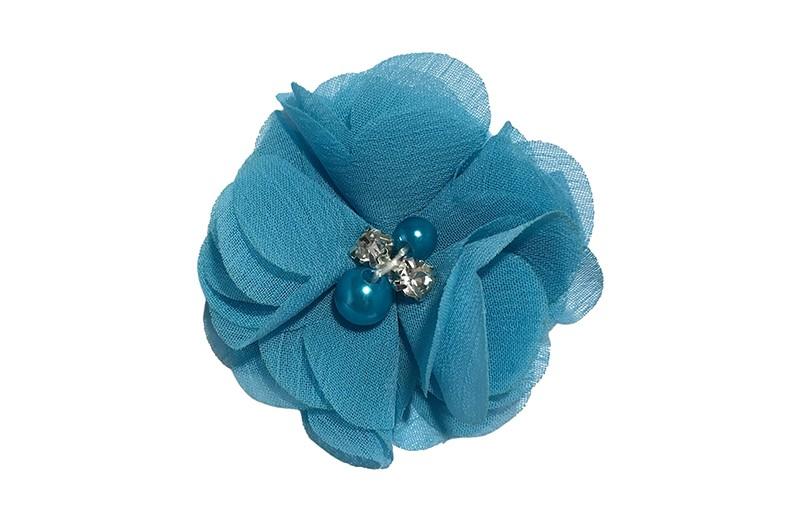 Leuk fel blauw chiffon laagjes bloemetje met 4 kleine pareltjes. Op een alligator haarknipje van 4.5 centimeter bekleed met fel blauw lint.