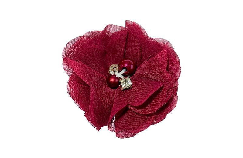 Leuk wijn rood chiffon laagjes bloemetje met 4 kleine pareltjes. Op een plat haarknipje van 4.5 centimeter bekleed met wijn rood lint.