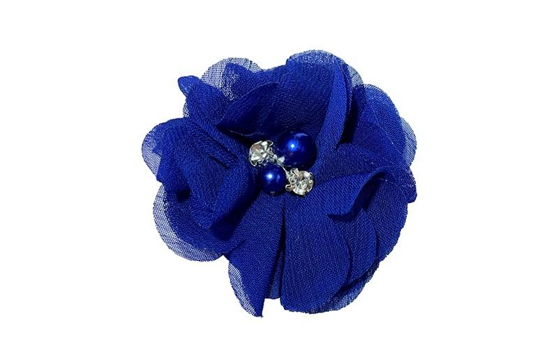 Leuk (kobalt) blauw chiffon laagjes bloemetje met 4 kleine pareltjes. Op een plat haarknipje van 4.5 centimeter bekleed met zalm roze lint.