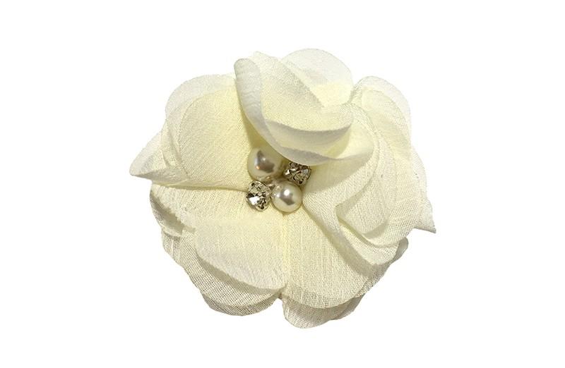 Leuk creme chiffon laagjes bloemetje met 4 kleine pareltjes. Op een alligator haarknipje van 4.5 centimeter bekleed met creme lint.