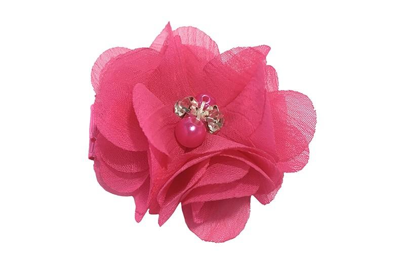 Leuke fuchsia roze chiffon laagjes bloemetje met 4 kleine pareltjes. Op een plat haarknipje van 4.5 centimeter bekleed met roze lint.