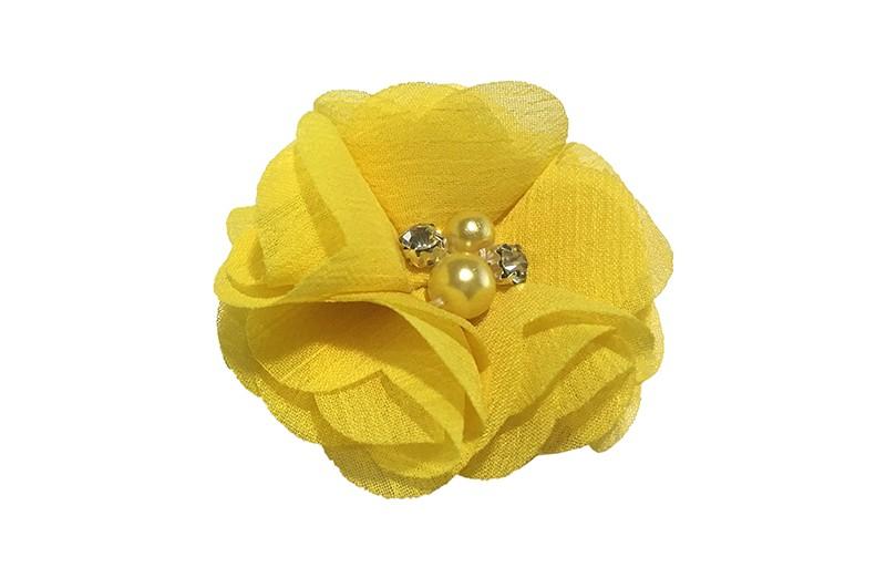 Leuk gele chiffon laagjes bloem met 4 kleine pareltjes. Op een alligator haarknipje van 4.5 centimeter bekleed met geel lint.