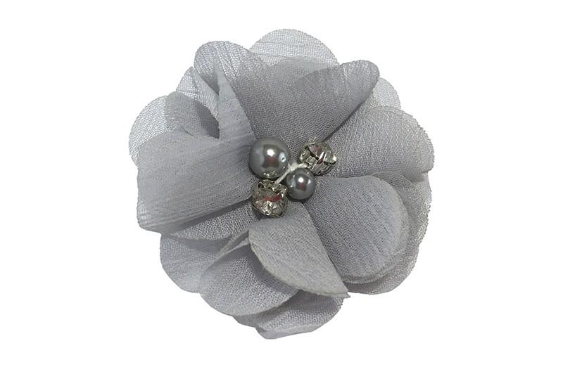 Leuk grijs chiffon laagjes bloemetje met 4 kleine pareltjes. Op een alligator haarknipje van 4.5 centimeter bekleed met grijs lint.