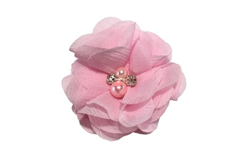 Leuk licht roze chiffon laagjes bloemetje met 4 kleine pareltjes. Op een alligator haarknipje van 4.5 centimeter bekleed met licht roze lint.