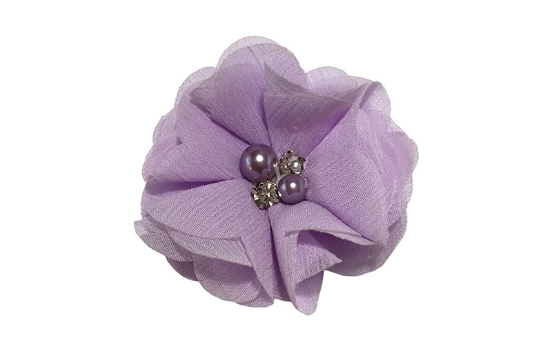 Leuk lila paars chiffon laagjes bloemetje met 4 kleine pareltjes. Op een alligator haarknipje van 4.5 centimeter bekleed met lila paars lint.