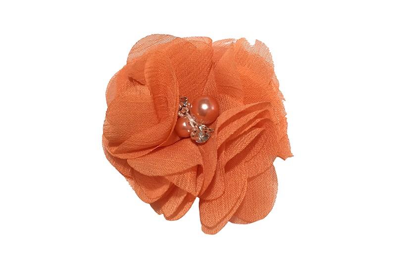 Leuk oranje chiffon laagjes bloemetje met 4 kleine pareltjes. Op een alligator haarknipje van 4.5 centimeter bekleed met oranje lint.