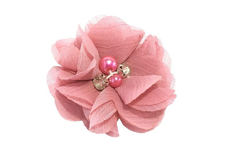 Leuk oud roze chiffon laagjes bloemetje met 4 kleine pareltjes. Op een alligator haarknipje van 4.5 centimeter bekleed met roze lint.