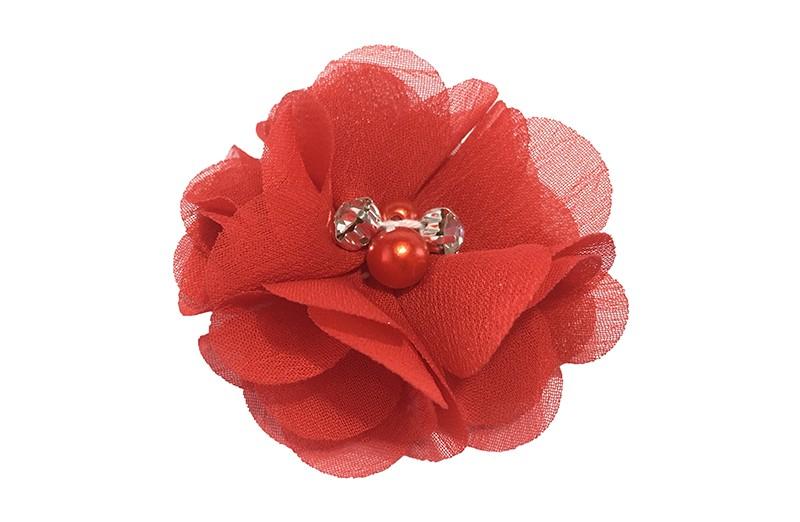 Leuk rood chiffon laagjes bloemetje met 4 kleine pareltjes. Op een alligator haarknipje van 4.5 centimeter bekleed met rood lint.