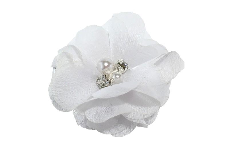 Leuk wit chiffon laagjes bloemetje met 4 kleine pareltjes. Op een alligator haarknipje van 4.5 centimeter bekleed met wit lint.