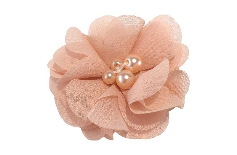 Leuk zalm roze chiffon laagjes bloemetje met 4 kleine pareltjes. Op een alligator haarknipje van 4.5 centimeter bekleed met zalm roze lint.