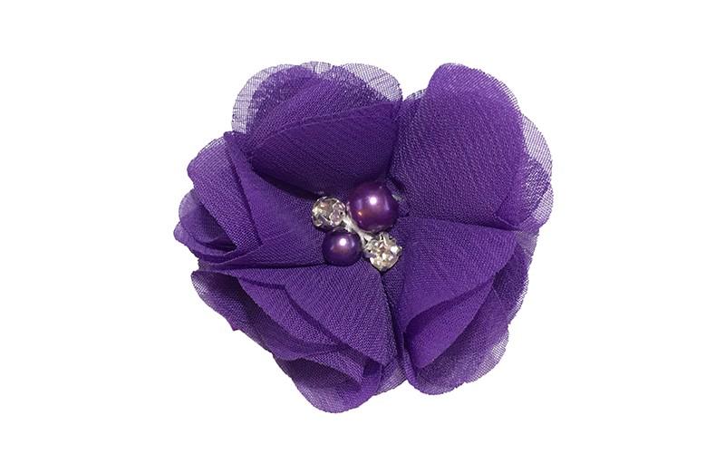Leuk paars chiffon laagjes bloemetje met 4 kleine pareltjes. Op een alligator haarknipje van 4.5 centimeter bekleed met paars lint.