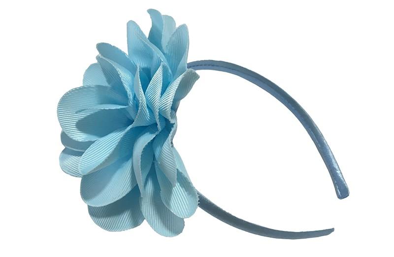 Vrolijke licht blauwe meisjes diadeem met een grote licht blauwe bloem.