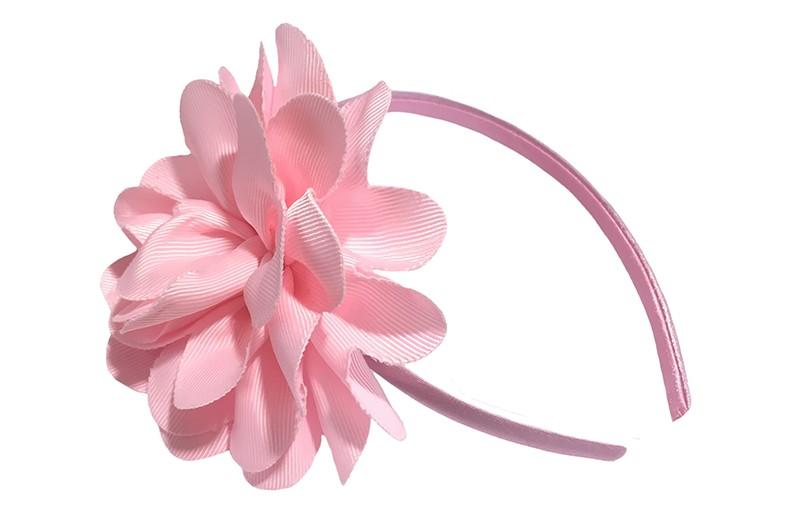 Vrolijke licht roze meisjes diadeem met een grote licht roze bloem.