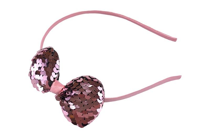 Vrolijke pailletjes diadeem licht roze.  Licht roze meisjes diadeem met daarop een strikje met omkeerbare glanzende roze / zilveren pailletjes.  Het strikje is ongeveer 8 centimeter breed.  pailletjes kunnen los raken.