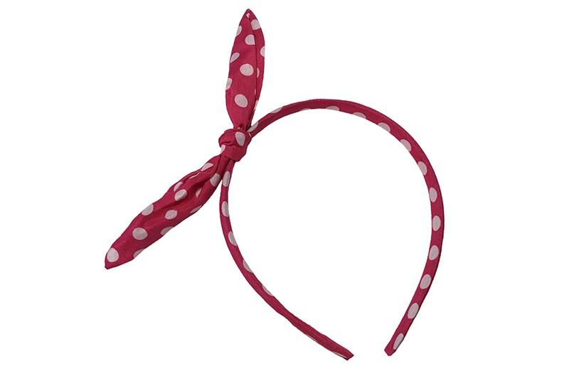 Vrolijke smalle fuchsia roze diadeem met witte stippels.  Met een vrolijke geknoopt strikje met een ijzerdraadje in de oortjes, zo kun je het strikje vormen zoals je wilt.  Geschikt voor peuter, kleuter en grotere meisjes