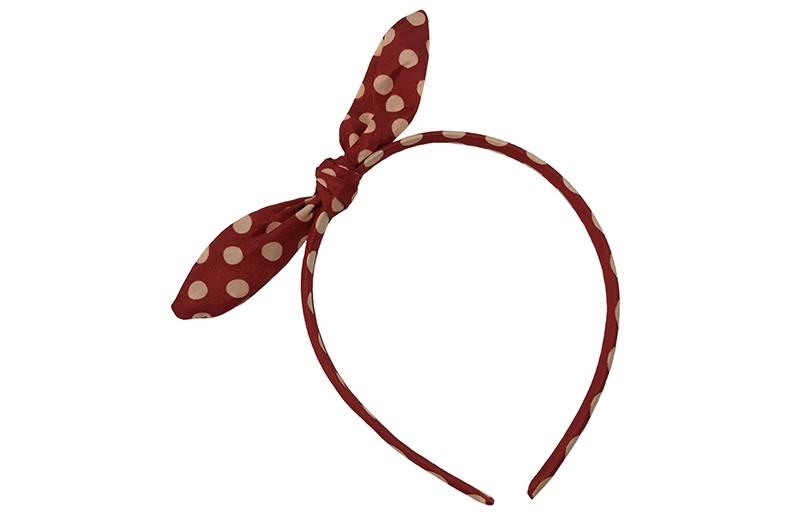 Vrolijke smalle rode diadeem met witte stippels.  Met een vrolijke geknoopt strikje met een ijzerdraadje in de oortjes, zo kun je het strikje vormen zoals je wilt.  Geschikt voor peuter, kleuter en grotere meisjes.