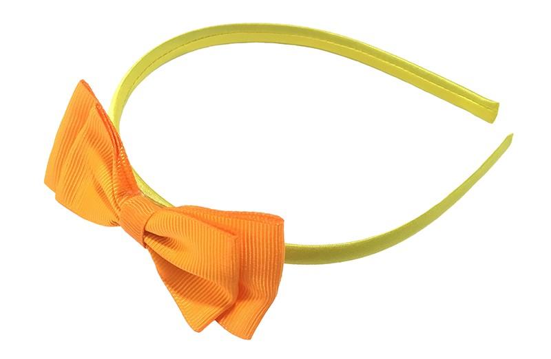 Vrolijke geel oranje meisjes diadeem. Bekleed met glanzend geel lint. Met daarop een dubbellaagse strik van oranje lint.  Deze diadeem is zonder tandjes. Het strikje is ongeveer 8 centimeter breed. Geschikt voor ongeveer 2 - 6jaar.