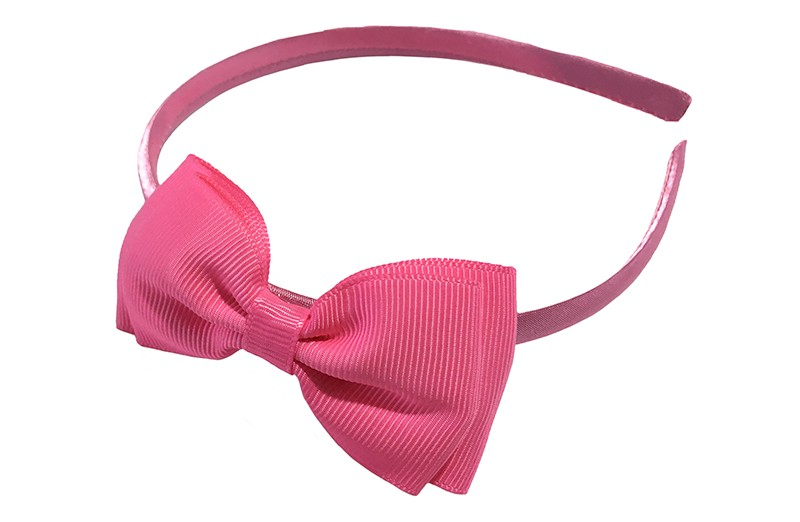 Vrolijke roze meisjes diadeem. Bekleed met glanzend licht roze lint. Met daarop een dubbellaagse strik van roze lint.  Deze diadeem is zonder tandjes. Het strikje is ongeveer 8 centimeter breed. Geschikt voor ongeveer 2 - 6jaar.