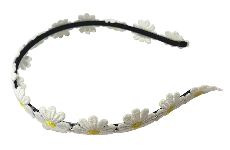 Vrolijke peuter, kleuter meisjes diadeem. Met over de diadeem schattig wit geel bloemetjes kant.