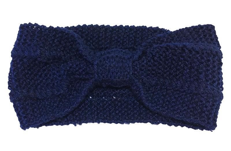Leuk voor in het najaar. Dun gebreide donkerblauwe hoofdband. In een leuk geknoopt model.  Het hoofdbandje is goed rekbaar geschikt vanaf ongeveer 10 jaar, ook geschikt voor grotere meiden en dames.  Het bandje is ongeveer 9.5 centimeter breed.