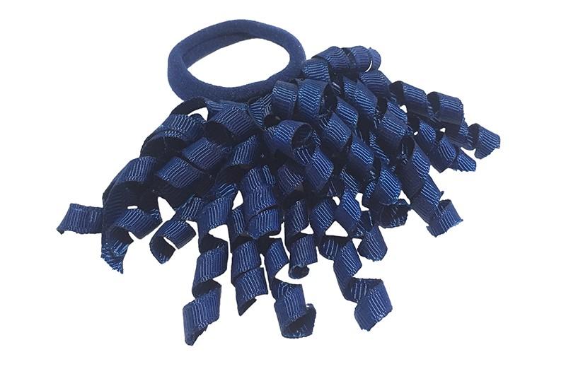 Vrolijk donkerblauw elastiek met gekrulde donkerblauwe lintjes.  Met deze leuke elastieken altijd en heel makkelijk een vrolijk kapsel. Ook leuk per twee stuks.