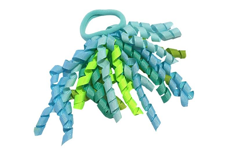 Vrolijk licht blauwe haarelastiek met gekrulde lintjes blauw en groen tinten.  Met deze leuke elastieken altijd en heel makkelijk een vrolijk kapsel. Ook leuk per twee stuks.
