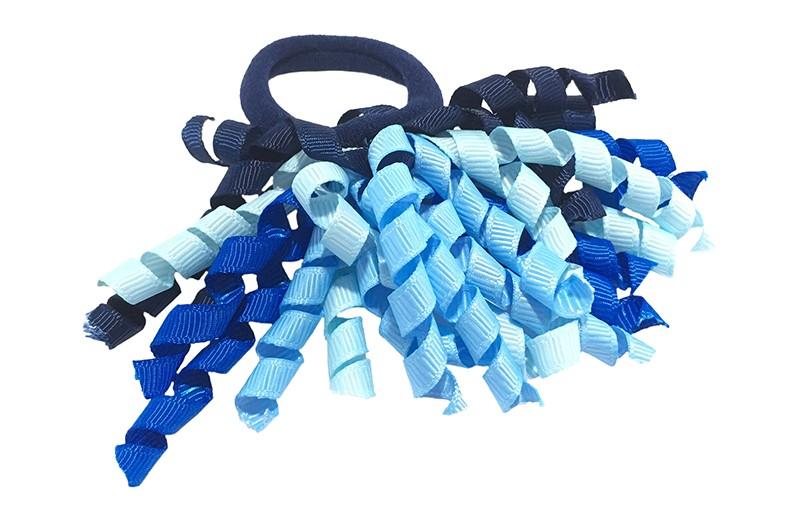 Vrolijk donkerblauw elastiek met gekrulde lintjes in verschillende blauw kleurtjes. Met deze leuke elastieken altijd en heel makkelijk een vrolijk kapsel. Ook leuk per twee stuks.