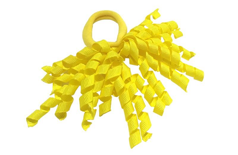 Vrolijk geel elastiek met gekrulde gele lintjes.  Met deze leuke elastieken altijd en heel makkelijk een vrolijk kapsel. Ook leuk per twee stuks.