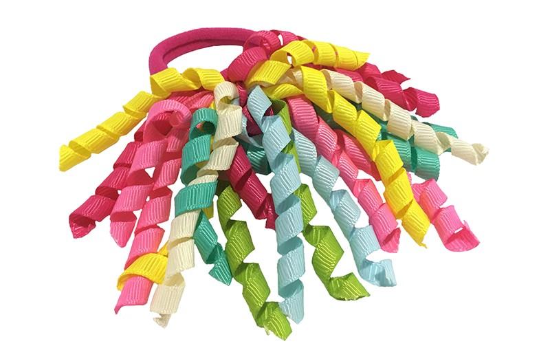 Vrolijk roze elastiek met gekrulde lintjes in verschillende kleurtjes.  Met deze leuke elastieken altijd en heel makkelijk een vrolijk kapsel. Ook leuk per twee stuks.