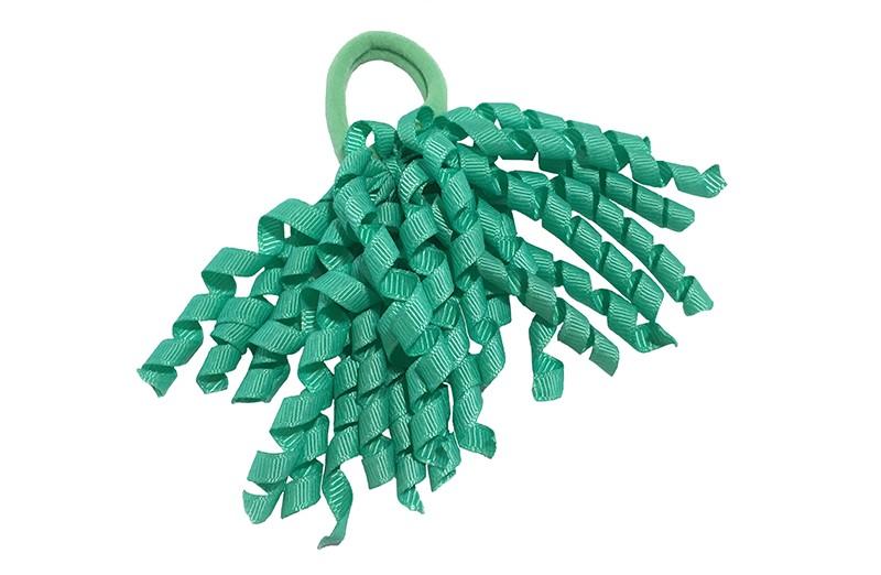 Vrolijk licht groene elastiek met gekrulde groene lintjes.  Met deze leuke elastieken altijd en heel makkelijk een vrolijk kapsel. Ook leuk per twee stuks.