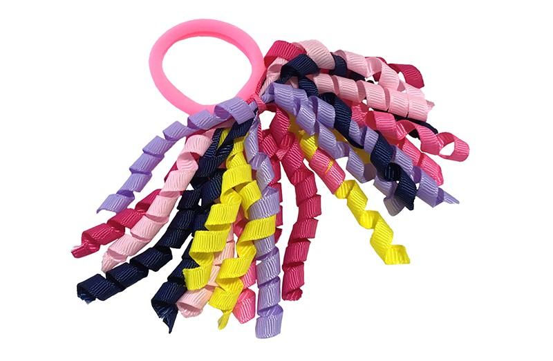 Vrolijk fel roze elastiek met gekrulde lintjes in verschillende kleurtjes: roze, blauw, lila, geel en rood.  Met deze leuke elastieken altijd en heel makkelijk een vrolijk kapsel. Ook leuk per twee stuks.