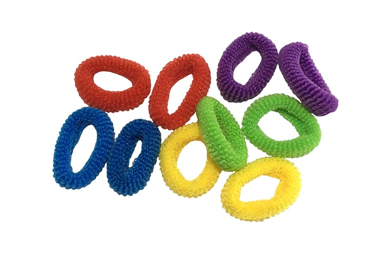 Leuk setje van 10 kleine zachte baby/peuter elastiekjes.  In verschillende vrolijke kleurtjes: geel, blauw, rood, paars, groen.