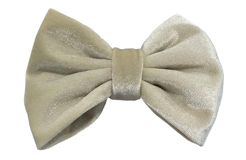 Mooie grote beige fluweel stoffen haarstrik. Van lekker zachte stof. Op een handige haarknip met tandjes van ongeveer 5.5 centimeter.