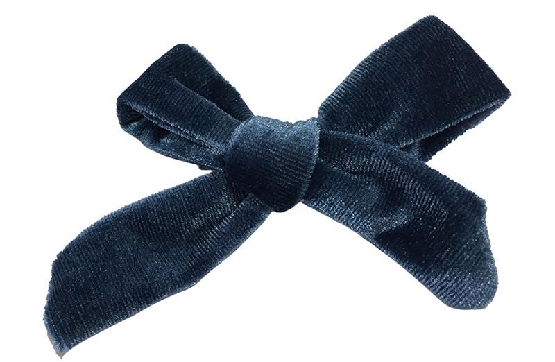 Vrolijk blauw fluweel stoffen haarstrikje.  Schattig in de haartjes van peuter en kleuter meisjes.  Op een plat haarknipje van 4 centimeter.  Ook leuk om cadeau te geven.