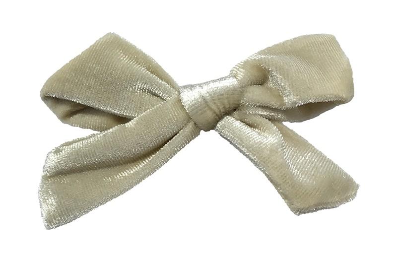 Schattig creme fluweel stoffen haarstrikje.  Lief in de haartjes van peuter en kleuter meisjes.  Op een plat haarknipje van 4 centimeter.  Ook leuk om cadeau te geven.