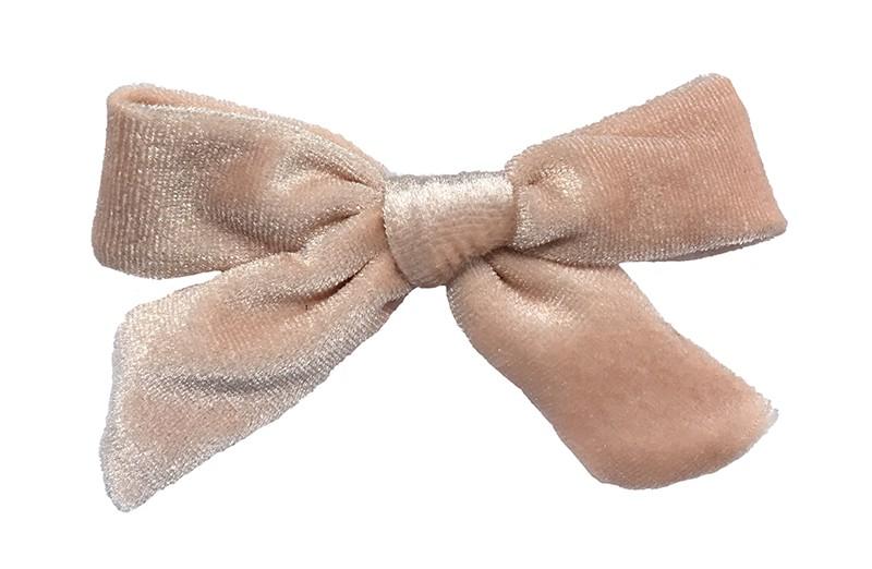 Schattig (zacht) zalm roze fluweel stoffen haarstrikje.  Lief in de haartjes van peuter en kleuter meisjes.  Op een plat haarknipje van 4 centimeter.  Ook leuk om cadeau te geven.