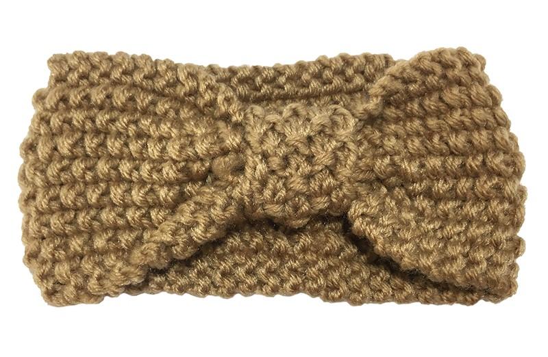 Leuke licht bruine peuter, kleuter haarband. Deze gebreide haarband is ongeveer 8 centimeter breed. Lekker warm in de winter voor de kleine meisjes.  Deze licht bruine haarband heeft iets meer rek in het materiaal waardoor hij wat langer te gebruiken is tot en met ongeveer 6 jaar.