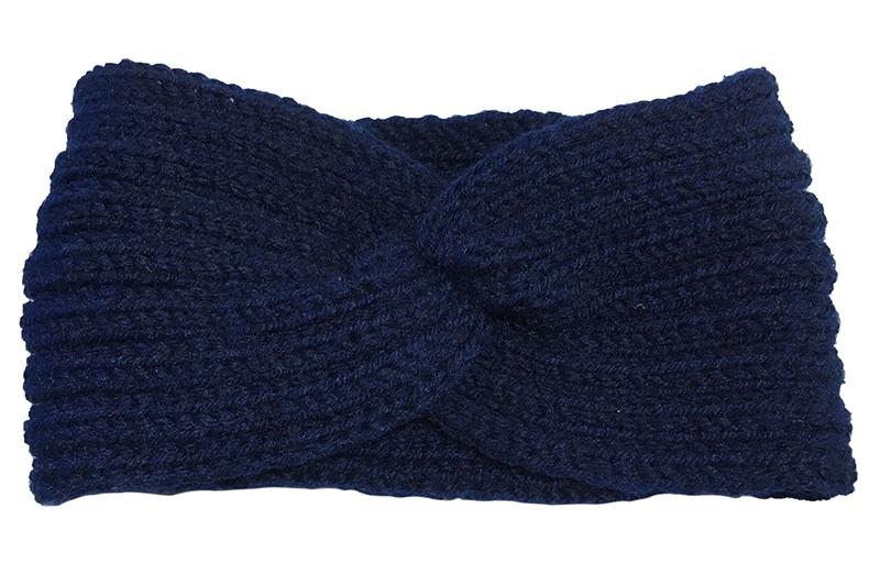 Lekker warme donker blauwe meisjes, dames twist haarband. Deze gebreide haarband is ongeveer 11 centimeter breed en goed rekbaar.  Lekker warm in de winter voor grotere meisjes, tieners en dames.