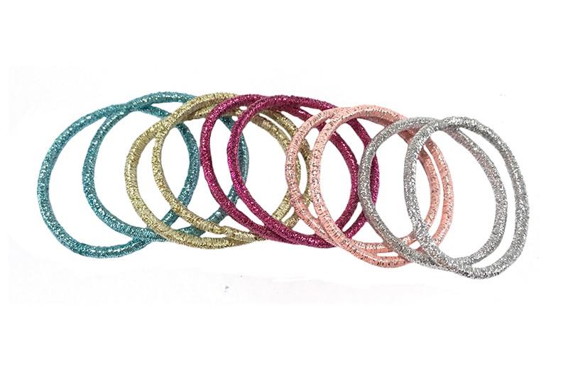 Handig setje van 10 glitter elastiekjes in verschillen kleurtjes: zachtroze, blauw, goud, fuchsiaroze, zilvergrijs.