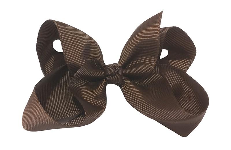 Leuke grote effen donker bruine meisjes haarstrik van lint. Op een platte haarknip van 4.5 centimeter bekleed met fuchsia roze lint. De strik heeft een afmeting van ongeveer 10 centimeter.