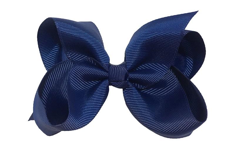 Leuke grote donkerblauwe meisjes haarstrik van lint. Op een platte haarknip van 4.5 centimeter bekleed met lint. De strik heeft een afmeting van ongeveer 10 centimeter