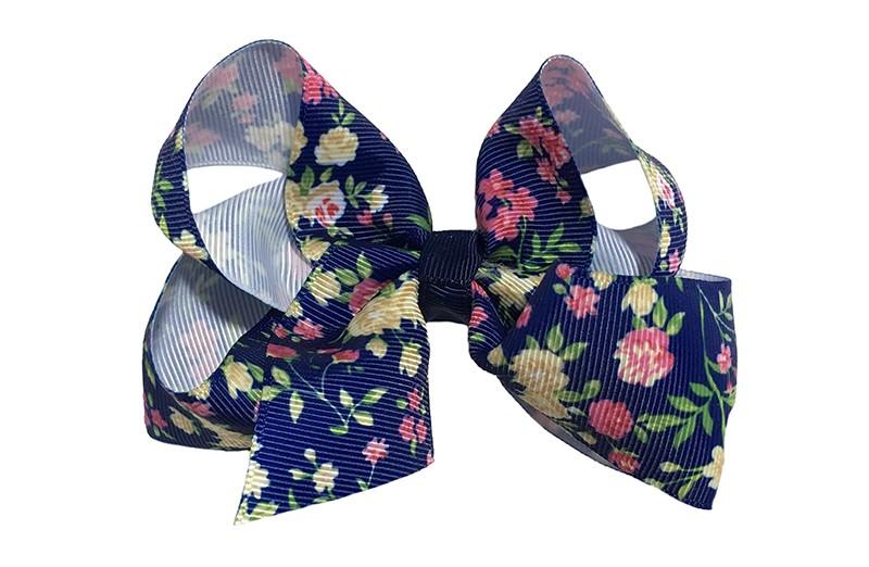 Leuke grote donker blauwe haarstrik van lint met een vrolijk roze bloemetjes dessin.  In een leuk dubbelgeknoopt model.  Op een handige haarknip met tandjes van ongeveer 5.5 centimeter.