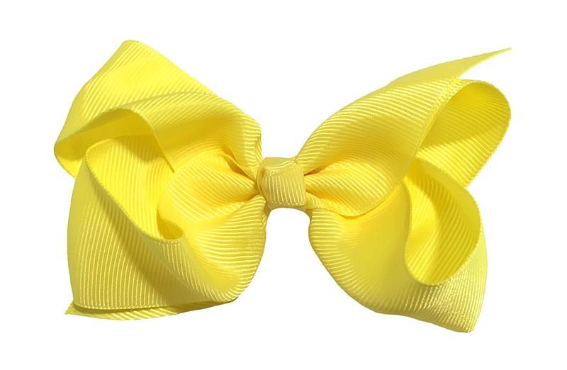 Leuke grote effen gele meisjes haarstrik van lint. Op een platte haarknip van 4.5 centimeter bekleed met geel lint. De strik heeft een afmeting van ongeveer 10 centimeter.